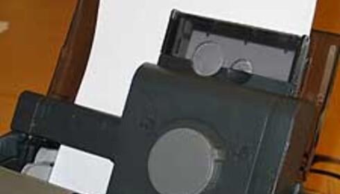 Du får plass til både vanlige ark og 10 x 15 cm fotokort samtidig. Når du skal skriv ut fotokort vrir du hjulet til venstre.