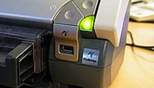 I fronten finner du en USB-port for tilkobling av digitalkamera. PictBridge er relativt nytt, og det er ventet at de fleste digitalkameraer som dukker opp fremover vil støtte standarden.