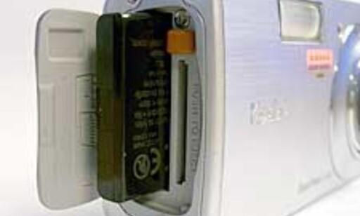 Batteri og evt minnekort skjules bak samme luke på siden.