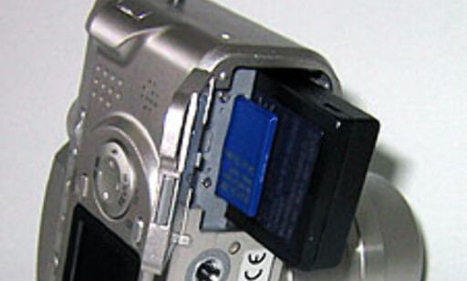 Batteri og minnekort sitter bak samme luke.
