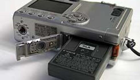 Det sitter et spesialbatteri i Ixus-kameraer, som må tas ut når det skal lades.