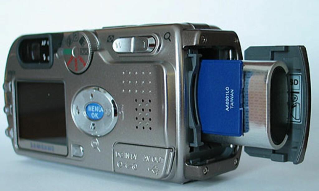 Batteri og minnekort skjules bak samme luke.