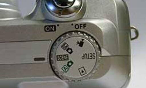 Funksjonshjulet på toppen lar deg velge mellom helautomatikk, scenes, manuell, videoopptak og avspilling.