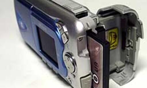Minnekort og batteri sitter bak samme luke