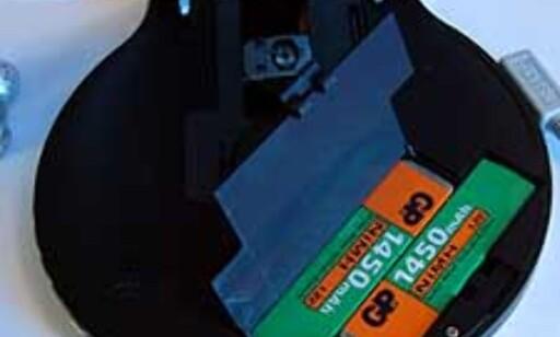To spesialbatterier (NiMH) sørger for strøm i mange timer.