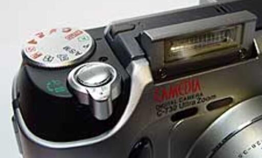 Blitsen er nedfelt i huset, og spretter opp når du trykker på den lille knappen i bakkant