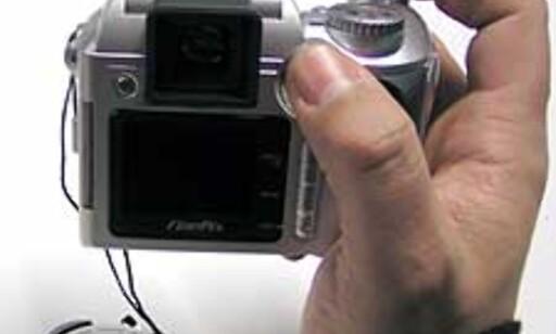 Kameraet sitter godt i hånden, og lar seg relativt lett betjene med enhåndsgrep