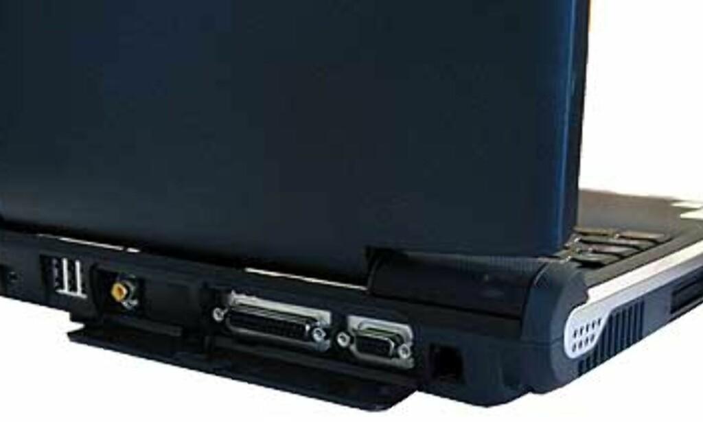 Maskinen har en rekke tilkoblingsmuligheter. Legg merke til luka som dekker VGA og TV-ut, som er typisk for Toshiba-PCer. Legg også merke til at TV-utgangen ikke er S-Video, men vanlig kompositt.