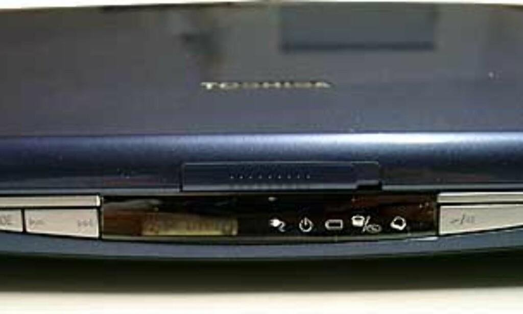 I fronten finner du knapper for styring av CD/DVD, samt et lite LCD-display