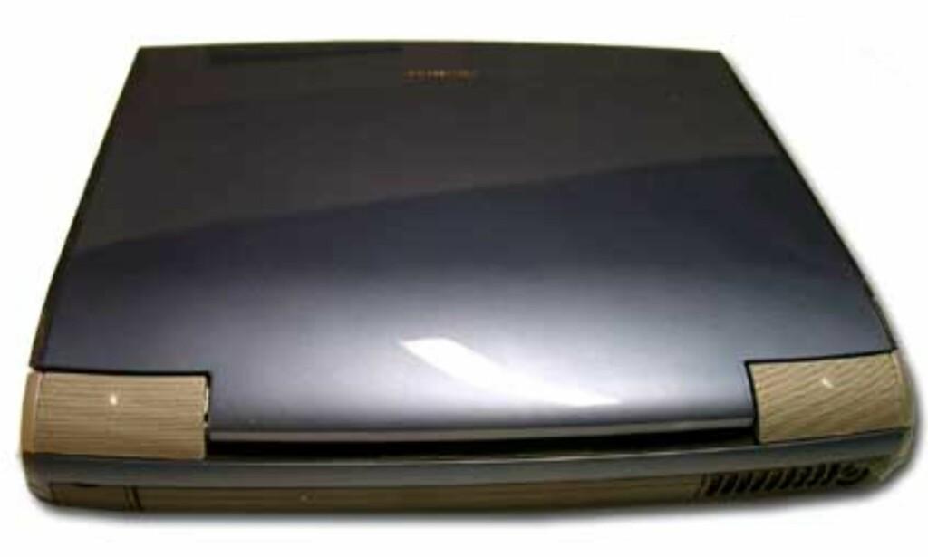 Fronten på en ny bil? Nei, bakstussen på Toshiba Satellite 5200.