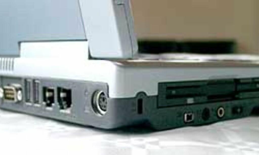 Vi savner ikke mange tilkoblingsmuligheter på Amilo D 8800
