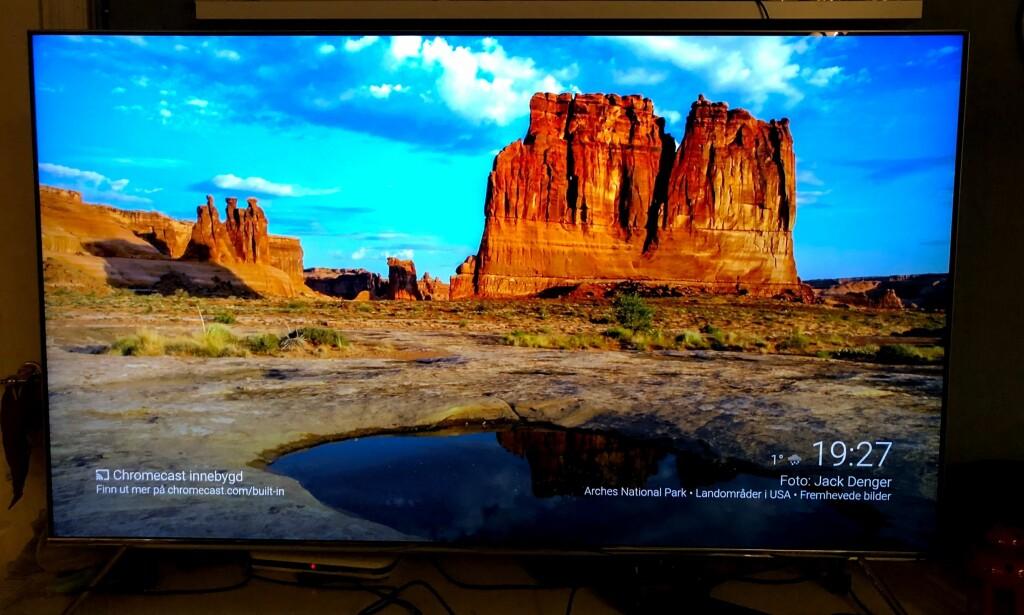 BAKTEPPE: Når en Chromecast ikke er i aktiv bruk, vises en skjermsparer som friskes opp en gang i minuttet med nye bilder som hentes fra nettet. Foto: Pål Joakim Pollen