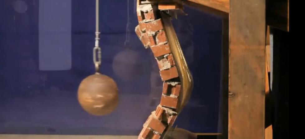 Den tynne kevlar-tapeten hindrer at veggen knuses