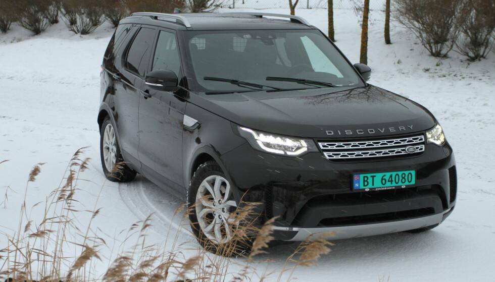 FELLES FORMSPRÅK: Fronten er veldig lik det meste andre i Land Rover og Range Rover-sortimentet. Sjekk vindusviskerne som står i vintermodus. Foto: Rune M. Nesheim