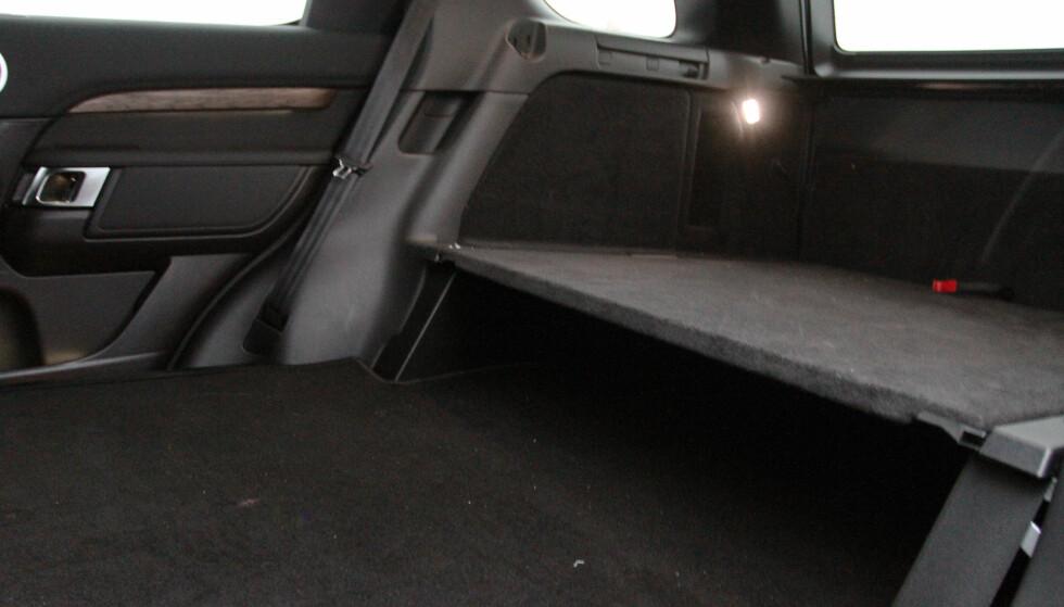 DOBBELT GULV: Man får fortsatt med det originale gulvet som gjør det flatt når du åpner bakluka. Det resulterer dobbelt gulv, en dårlig løsning dersom man har en del småting liggende rundt baki. Foto: Rune M. Nesheim