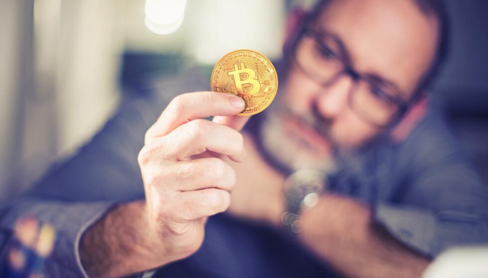 <strong>SKATTEPLIKTIG:</strong> Dersom du eier eller selger bitcoins eller annen kryptovaluta, må du føre dette inn i skattemeldingen din på egenhånd. Foto: Alexander Kirch/Shutterstock/NTB scanpix.
