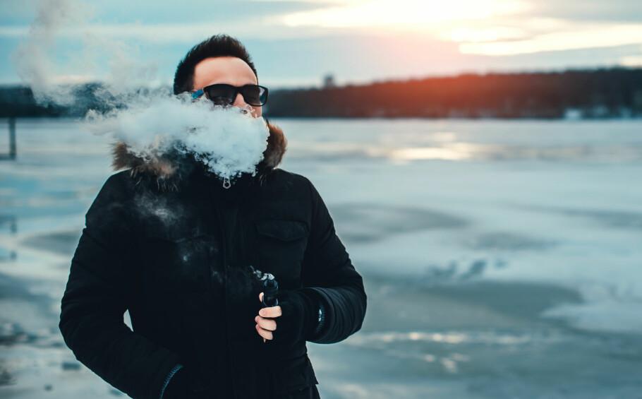 DAMPING I NORGE: Det er fullt mulig å bruke e-sigaretter i Norge i dag, men vil du dampe med nikotin, må du handle i utlandet eller på nett. Men i år trer trolig de nye reglene i kraft som åpner for salg av slikt utstyr også i Norge. Foto: Shutterstock / NTB Scanpix