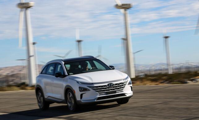 FORNYBART ER NØKKELEN: Den store hydrogen-revolusjonen er utsatt, men ikke avlyst. Utvinning av hydrogen er energikrevende, og vil måtte skje med basis i fornybar energi dersom klimaregnskapet skal overbevise. Her ser vi nye Hyundai Nexo foran en vindmøllepark i USA. Foto: Hyundai