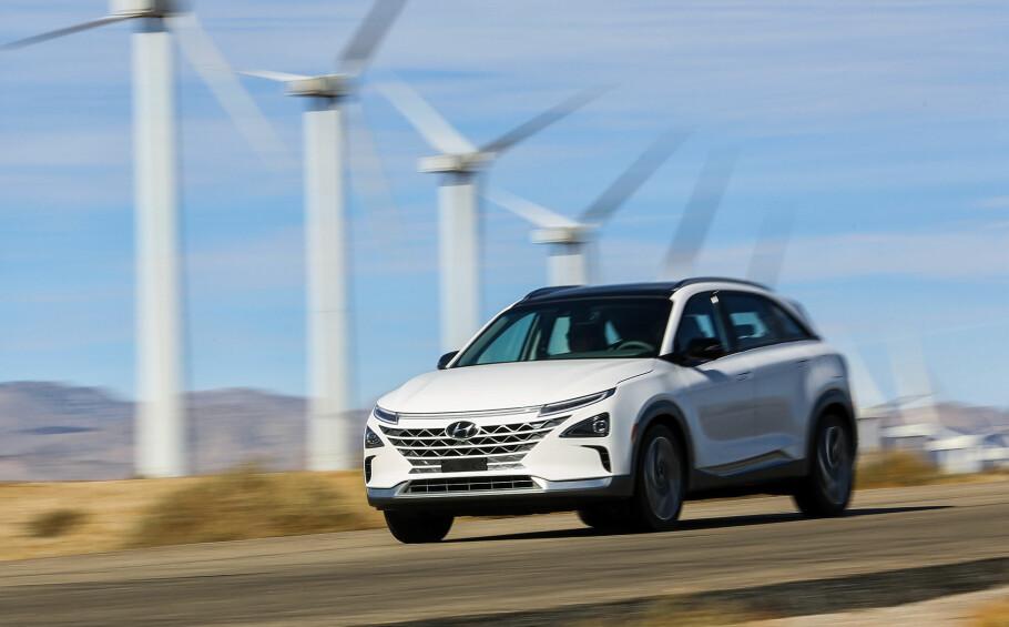 INN I FREMTIDEN: Floskelen «fremtiden er nå» stemmer ikke. Den ligger per definisjon frem i tid. Men vi har i 20 år skrevet om den her på disse sidene. Dinside startet opp i 1998 og fikk for alvor øynene opp for den kommende elbilrevolusjonen i 2008. I 2018 er den over oss for fullt og til sommeren kommer for eksempel den hydrogen-elektriske Hyundai Nexo (bildet), på markedet. Foto: Hyundai