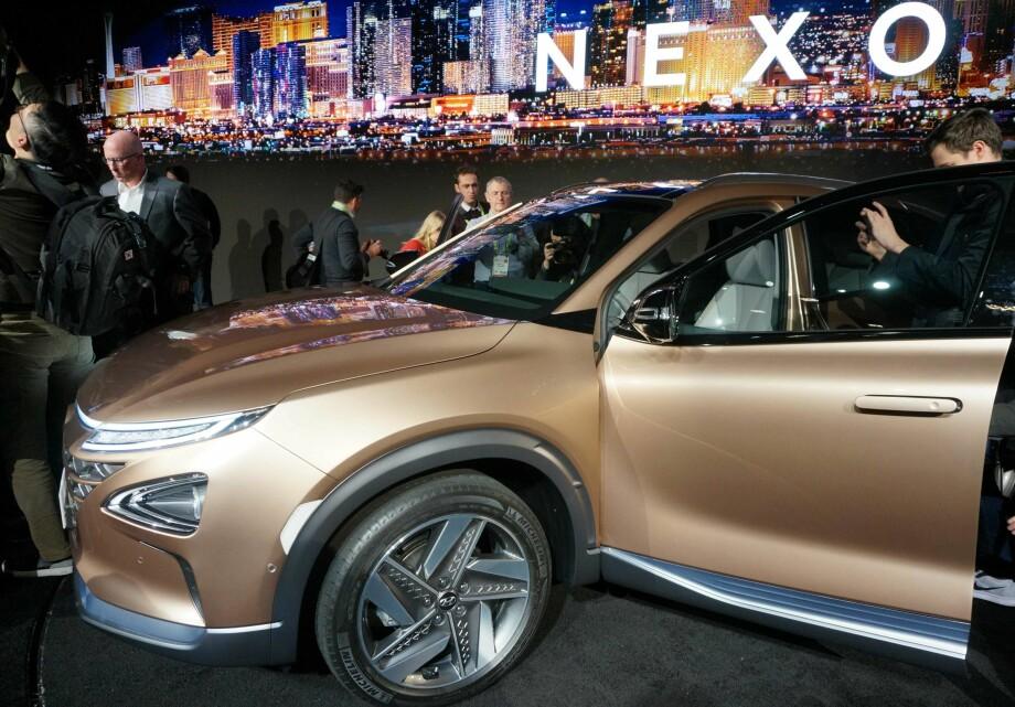 DEN ANDRE TYPEN ELBIL: Her vises Hyundai Nexo, hydrogen-elektrisk SUV av andre generasjon, på CES i Las Vegas. Den er lettere, romsligere og har lengre rekkevidde enn dagens ix35 FCEV. Foto: AFP