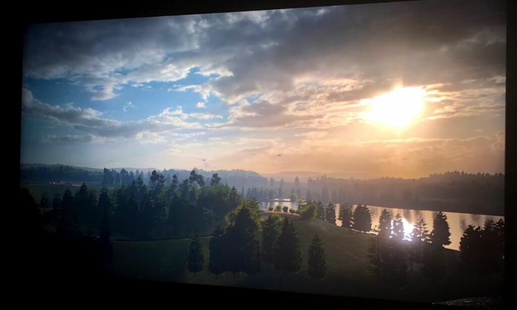 MYSE MOT SOLA: Det er selvfølgelig ikke mulig å illustrere her på en god nok måte, men vi måtte faktisk myse mot sola der den tittet fram bak skyene. Så sterkt var lyset. Foto: Bjørn Eirik Loftås
