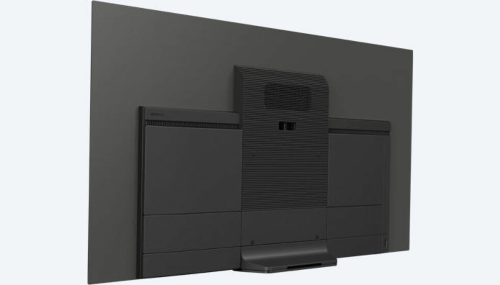 ENDRET: TV-en har fått en mer standard fot, men nedre del av rammen ligger så vidt over bordplaten. TV-en skal også være svært enkel å henge på veggen, ifølge Sony. Foto: Sony