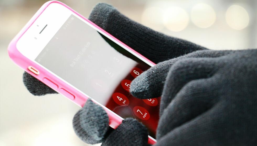 BEHOLD DE PÅ: Kjøper du deg et par mobilvanter, slipper du å ta vantene av og på hver gang du skal sjekke noe mens du står og venter på bussen på vintertid. Foto: Ole Petter Baugerød Stokke