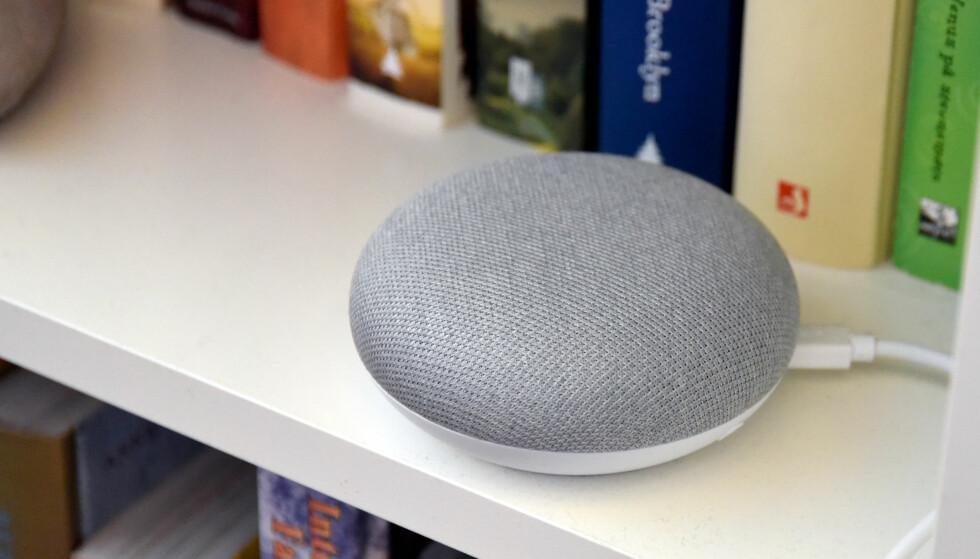 DISKRET: Googles lille smarthøyttaler, Google Home Mini, kan plasseres diskret i ei bokhylle og gjør ingenting ut av seg før du snakker med den. Foto: Pål Joakim Pollen