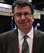 HAR KLOKKERTRO: Vi snakket med Leo Riley, en av toppsjefene i selskapet som har utviklet 3D på TV uten bruk av briller. Foto: YBLTV