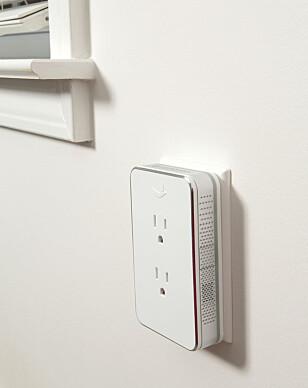 SPILLER AV AVSLAPPENDE LYDER: Nightingale-strømadapteren er en slags hvit støy-boks som gjør at du slipper å ligge å høre på forstyrrende lyder utenfor soverommet. Den skal også kunne lyse opp rommet med LED-lys. Foto: Nightingale