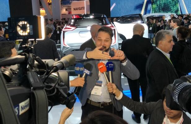 HJERNEFORSKNING: Her forklarer Dr. Lucian Gheroghe den nye «Hjerne-til-bil-teknologien» for messegjengerne i Las Vegas. Foto: Bjørn Eirik Loftås