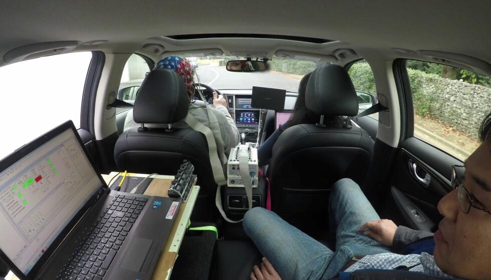UNDER UTVIKLING: Her ser vi interiøret i forskningsfartøyet til Nissan. Føreren har hodet dekket av elektroder som registrerer hjerneaktivitet og instruerer bilens systemer om hans intensjoner. Foto: Nissan