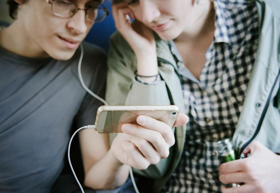 FILM UTEN BEKYMRING: Med Telia Data Boost kan du bruke så mye mobildata du bare vil i opptil tre timer, for en fast pris. Det kan lønner seg til film og TV, men ikke musikk og radio. Foto: Shutterstock / NTB Scanpix