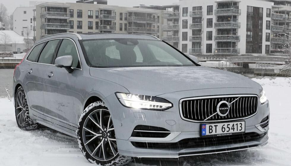 PREMIUM: V90 er egentlig en utypisk Volvo. Den er bred, lav og tøff og har 407 hester disponibelt. Foto: Rune M. Nesheim