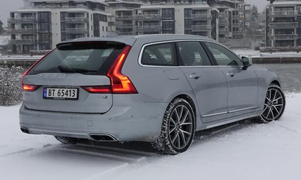 SVÆR, MEN LITEN. Det er skikkelig lengde på V90, men bakseteplassen er mindre enn i erkekonkurrentene BMW og Mercedes. Bagasjerommet i hybridutgaven er derimot akkurat like stort som i de ordinære utgavene. Foto: Rune M. Nesheim