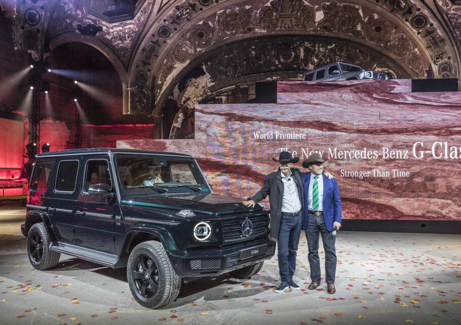 ACTION: Symbolikken på scenen er nesten like tung som bilen. Ingen ringere enn tidligere action-helt Arnold Schwarzenegger (til høyre på bildet), viste sammen med Daimlers toppsjef Dieter Zetsche, frem legendens etterfølger. Foto: Daimler