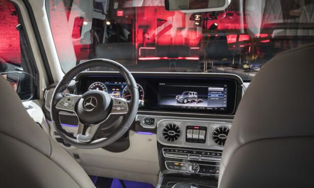 KRAFTIG MODERNISERT: Selv om terrengbilstilen er beholdt også i interiøret, er nye G-klasse utstyrt med Mercedes' nyeste teknologi og systemer. Klassisk instrumentering er standard, men kunden kan også velge det gedigne digitaldisplayet med to 12,3-tommers skjermer kjent fra E- og S-klasse (bildet). Foto: Daimler