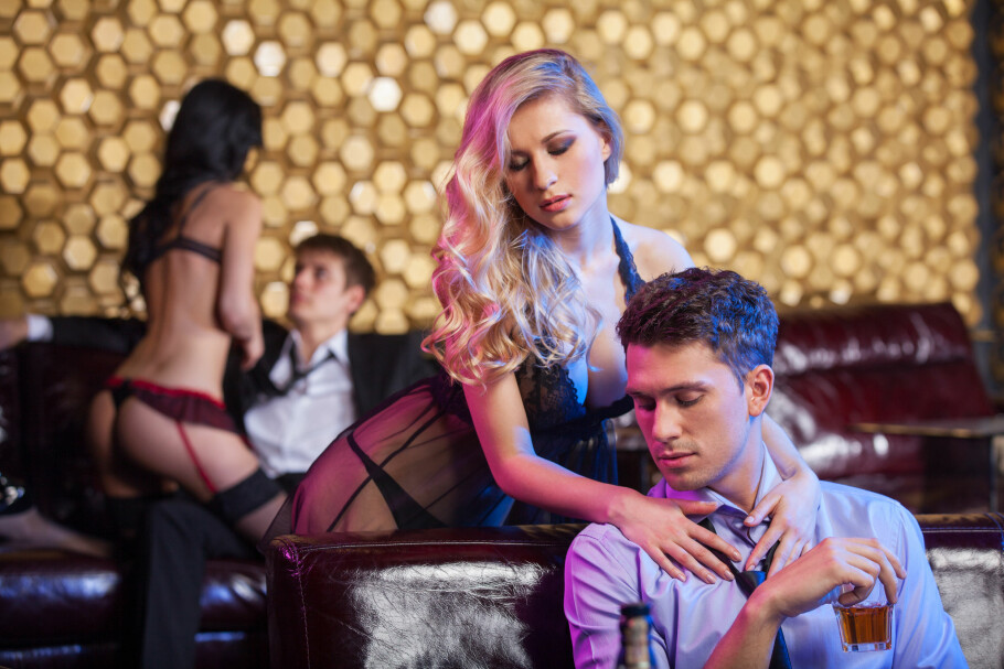 DYRE STRIPPEKLUBBER: Å være på strippeklubb kan bli dyrt, men mange nordmenn mener de høye regningene skyldes neddoping og misbruk av bankkortene deres. Få av dem blir trodd, og må ut med svært høye beløp. Foto: Shutterstock / NTB Scanpix