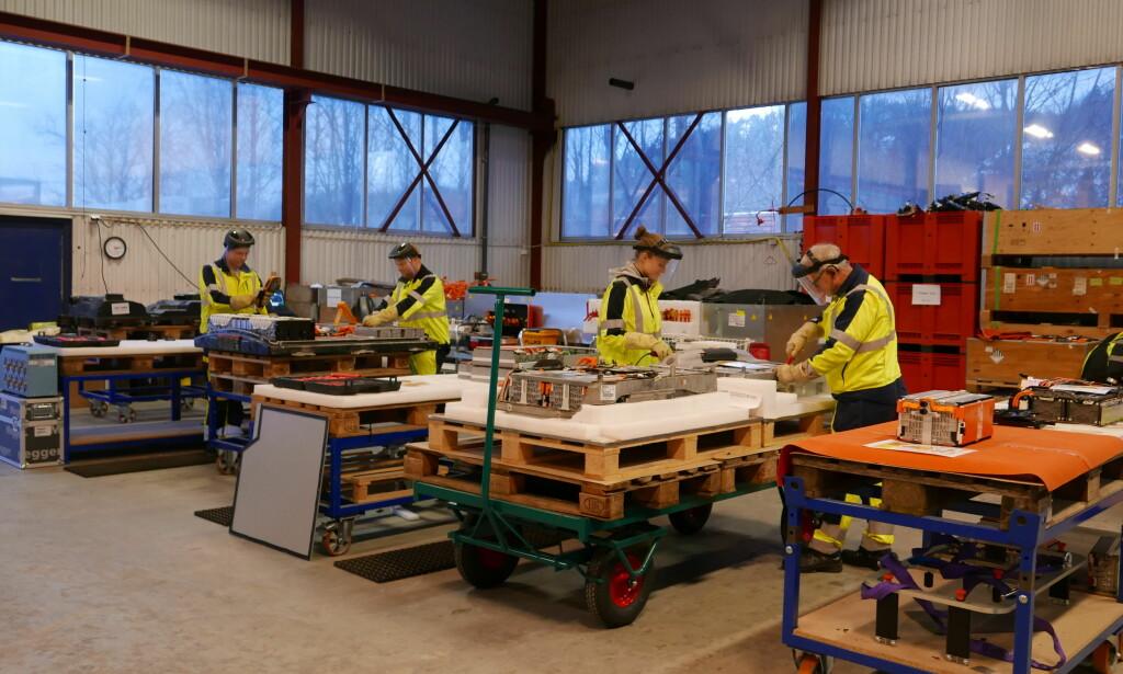 HØY SIKKERHET: Her demonteres 400 volts elbilbatterier før de pakkes og sendes til gjenvinning i utlandet. Foto: Batteriretur AS