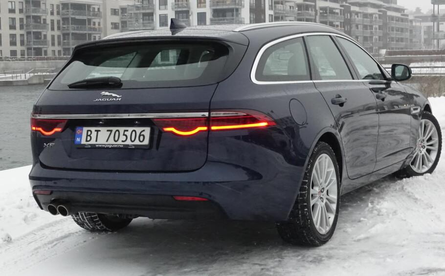 TILBAKE: Endelig er det mulig å velge Jaguar Sportbrake igjen. Større enn konkurrentene og lekre baklykter, med stor familielikhet til sportsbilen F-Type. Foto: Rune M. Nesheim