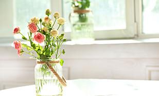 VARER LENGRE: Hell to spiseskjeer epleeddik og to spiseskjeer sukker i blomstervannet. Skift vann annenhver dag så har du friske blomster mye lenger. Foto: Africa Studio/ Shutterstock/ NTB scanpix