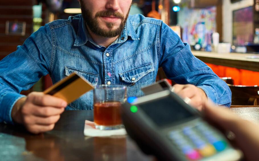 DOPES OG SVINDLES: Mange nordmenn hevder å ha blitt dopet ned og fått bankkortet misbrukt på utesteder og strippeklubber i utlandet. I dag må de bevise at de faktisk ble svindlet, men snart kan banken få mer av dette ansvaret. Foto: Shutterstock / NTB Scanpix