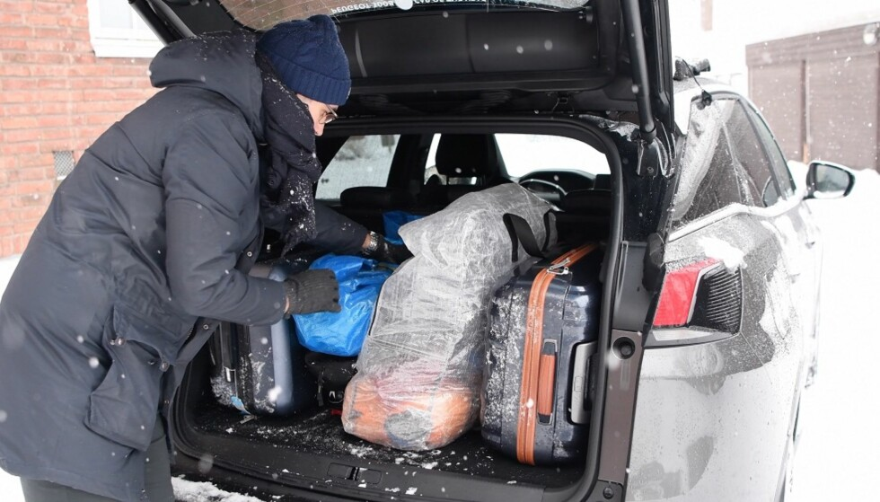 PAKK BILEN FORSVARLIG: Det er mange ting som skal med når en familie drar på ferie, men bruk tid på å sikre at bilen er pakket trygt og forsvarlig. Mange ulykker får langt mer alvorlige konsekvenser enn de ellers ville ha fått, på grunn av løse gjenstander inne i bilen. Foto: NTB Scanpix
