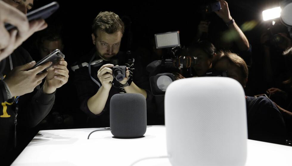 SVART OG HVIT: HomePod kommer i to forskjellige farger, svart og hvit. Den er cirka 18 centimeter høy. Foto: NTB Scanpix/AFP