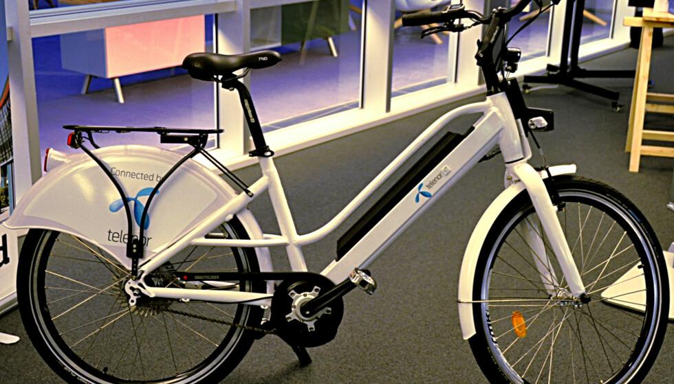 ELSYKKEL: Også i Norge vil trolig sykler med trådløs sporing bli vanlig. Her viser Telenor fram en elsykkel med deres IoT-teknologi. Foto: Tore Neset