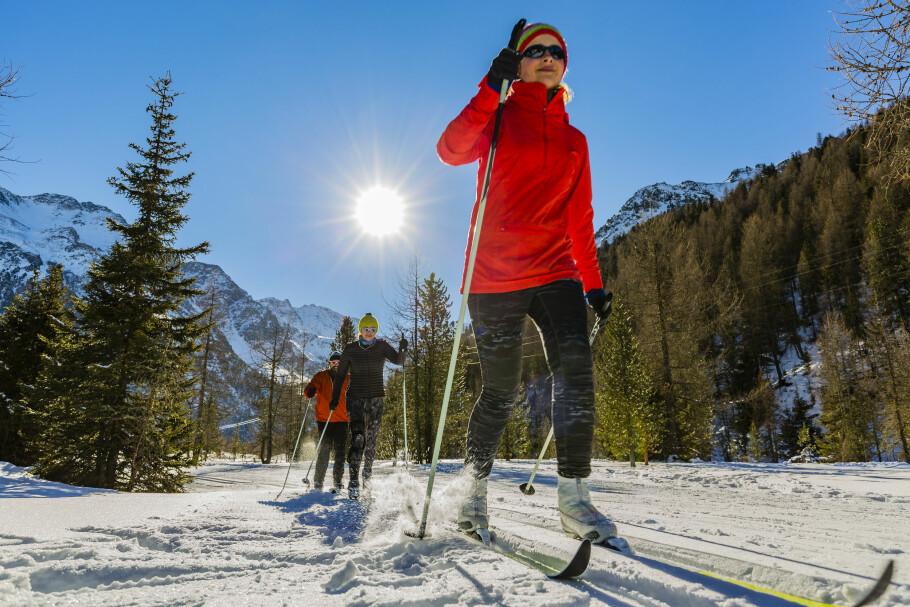 HVEM SKAL VIKE? Hvem har vikeplikt for hvem, i skisporet? Vi gir deg de uskrevne reglene for skiløpere. Foto: Shutterstock/NTB Scanpix