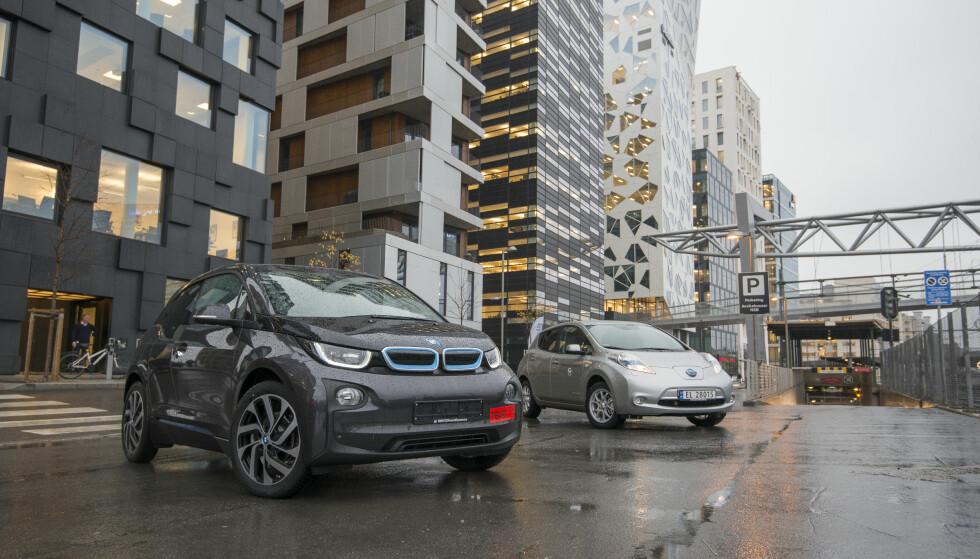 B-SEGMENTET: BMWs elbil, i3, var mest solgte bil blant småbilene i fjor. Elbilkonkurrent Nissan Leaf, i bakgrunnen, er noe større og tilhører C-segmentet (kompaktbilene). Foto: Jamieson Pothecary