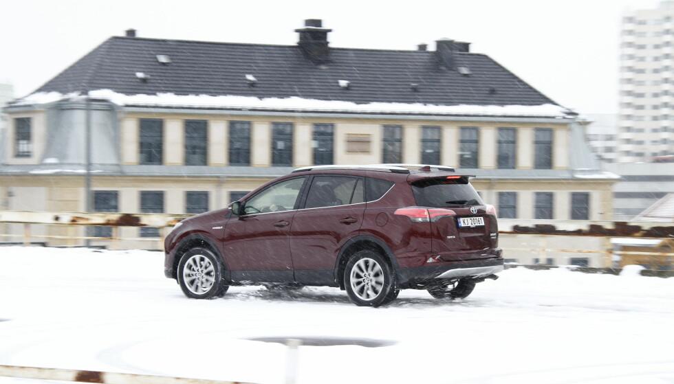 STOREBROR: Både Toyota Rav4 og lillebror Toyota C-HR er på topplisten blant bilene i SUV-segmentet. Foto: Jamieson Pothecary