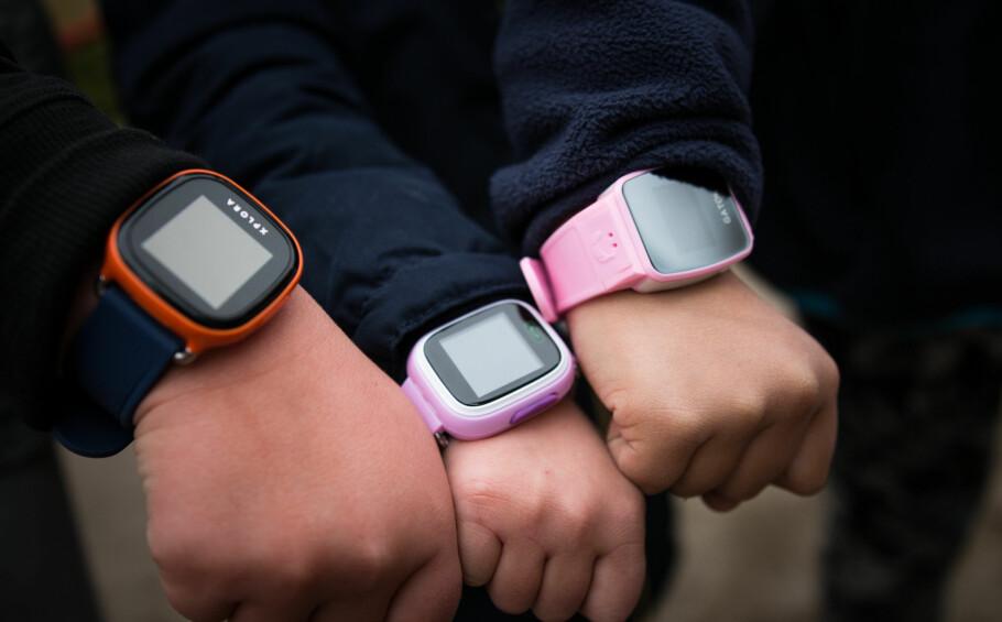 SIKKERHETSSLAKT: Forbrukerrådet avslørte alvorlige sikkerhetsbrister i en rekke GPS-klokker for barn i fjor høst. Foto: Forbrukerrådet