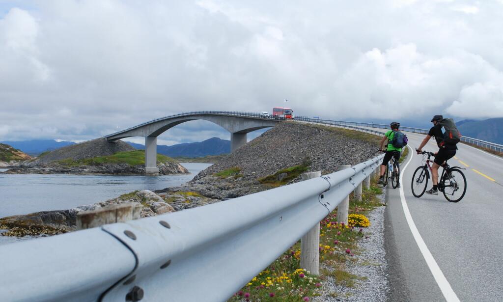 ELBILKOMMUNE: Averøya i Møre og Romsdal, her representert med Storseisundbrua på Atlanterhavsveien, er Norges tredje største elbilkommune, målt mot totalandel biler. Foto: Øystein Fossum